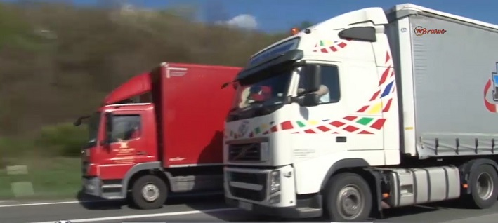 ciężarówka wyprzedzająca