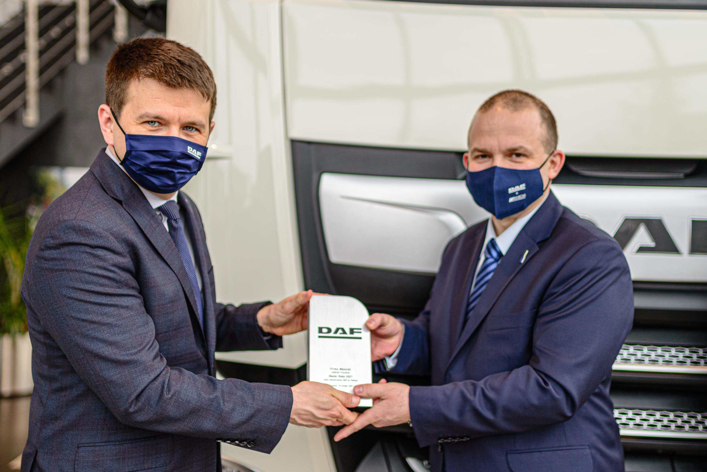 Dyrektor zarządzający DAF Trucks Polska Mariusz Piszczek (po lewej) wręcza statuetkę Dealera Roku 2021 Romanowi Gizie (po prawej), dyrektorowi oddziału WW Wanicki Trzciana.