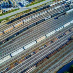 Transport drogowy zyskuje, kolej traci